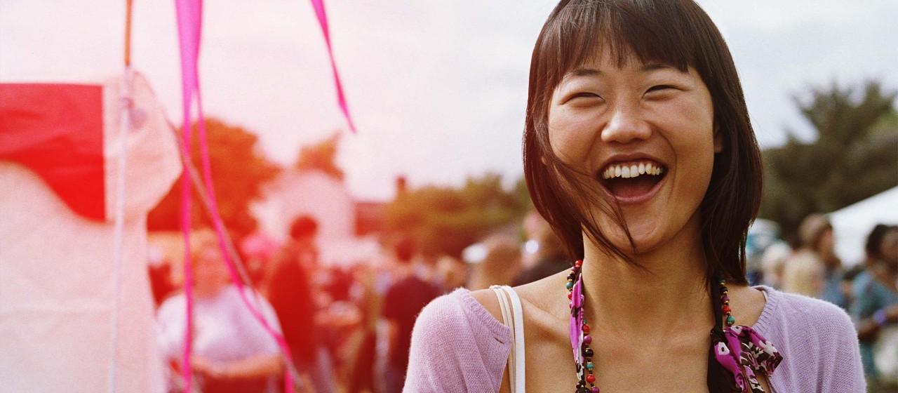 Junge Frau auf Volksfest
