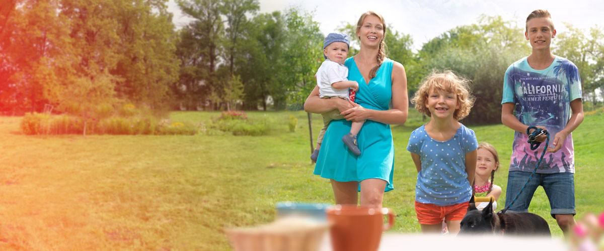 Mutter mit ihren vier Kindern im Garten