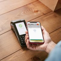 Mobiles Bezahlen mit dem Smartphone am Kartenterminal
