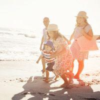 Familie am Strand im Sonnenschein